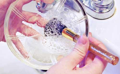 limpiar-brochas-pinceles-maquillaje